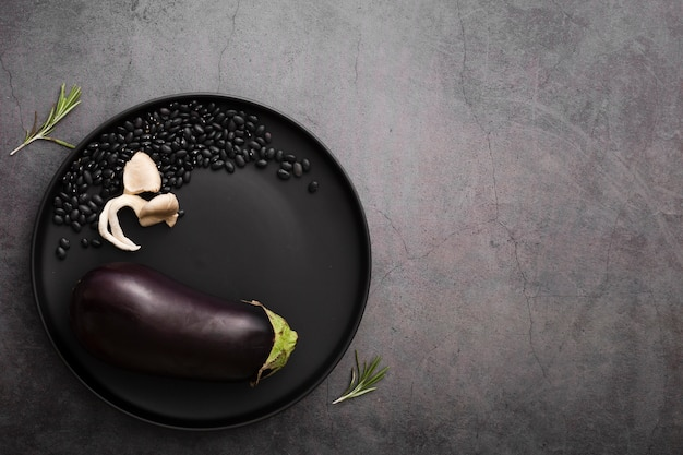 Unbedeutender teller mit auberginen und samen