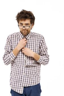 Unbeholfener ungeschickter nerd, mann knöpft hemd zu