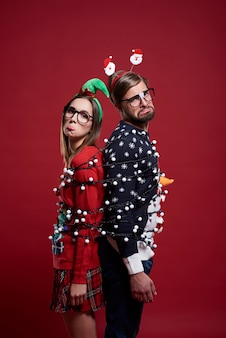 Unbeholfenes paar hat probleme mit weihnachtslichtern