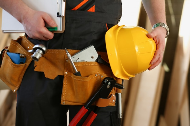 Unbekannter handwerker mit händen an taille und