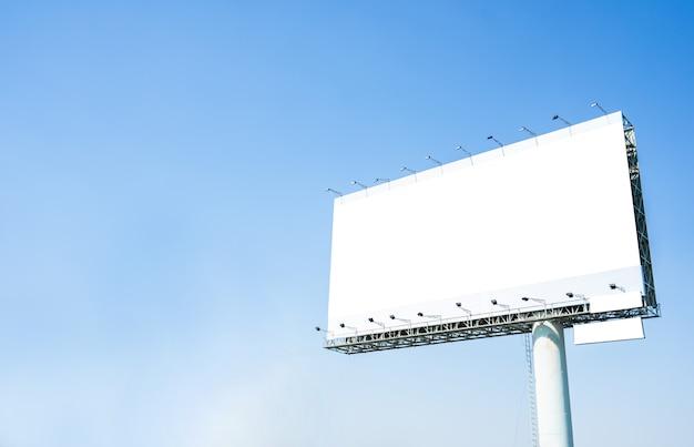 Unbelegte anschlagtafel betriebsbereit zur neuen reklameanzeige