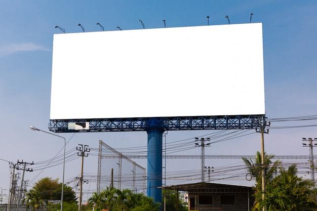 Unbelegte anschlagtafel für neue reklameanzeige