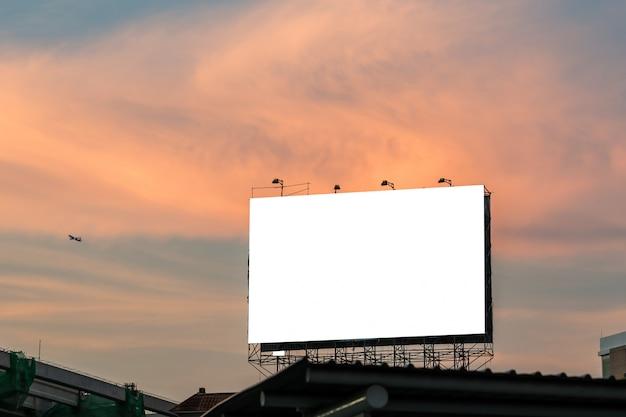 Unbelegte anschlagtafel für neue reklameanzeige.