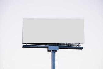 Unbelegte Anschlagtafel für die neue Anzeige getrennt auf weißem Hintergrund