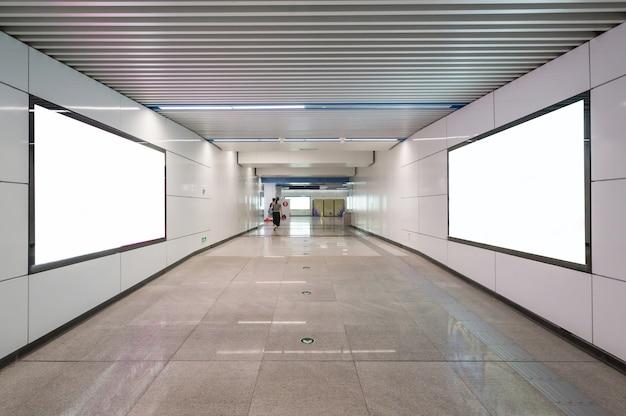 Unbelegte anschlagtafel im untergrund, nützlich für reklameanzeige