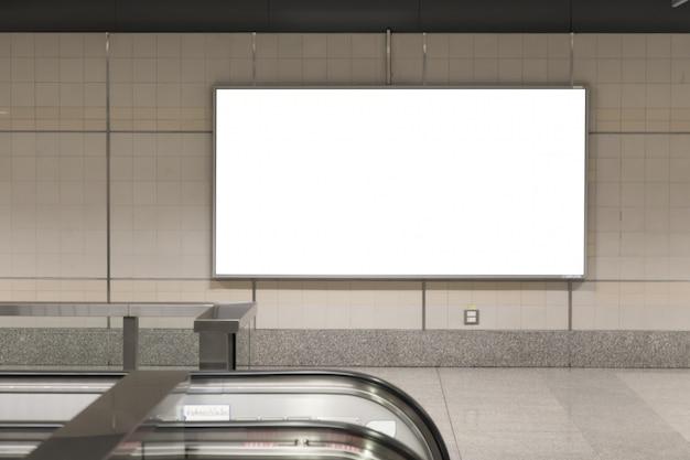 Unbelegte anschlagtafelplakate in der u-bahnstation für die werbung.
