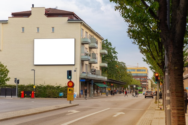 Unbelegter anschlagtafelspott oben auf stadtstraße für textnachricht oder inhalt.