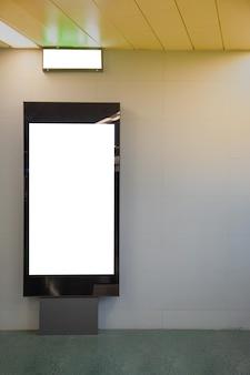 Unbelegter anschlagtafelspott oben der u-bahn für textnachricht oder inhalt.