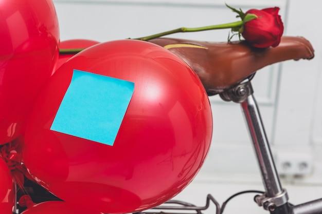 Unbelegter blauer aufkleber auf dem ballon befestigt zum zyklus