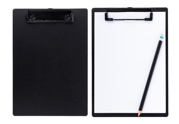 Unbelegtes papier auf schwarzem klemmbrett mit platz auf weißem hintergrund