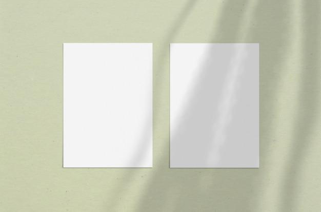 Unbelegtes weißes vertikales papierblatt 5x7 zoll mit schattenüberlagerung. moderne und stilvolle grußkarte oder hochzeitseinladung verspotten.