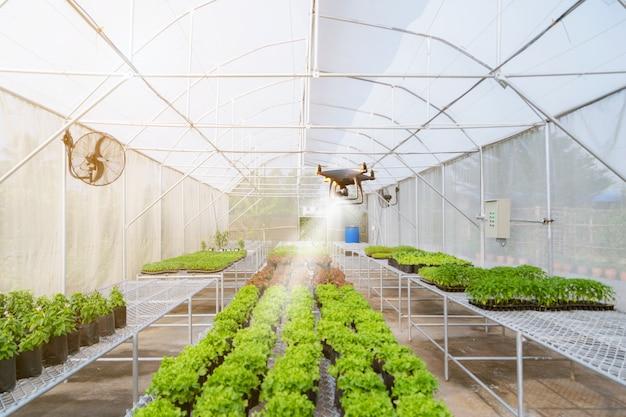 Unbemanntes flugzeug drone für die landwirtschaft automatisierte arbeit auf dem bauernhof