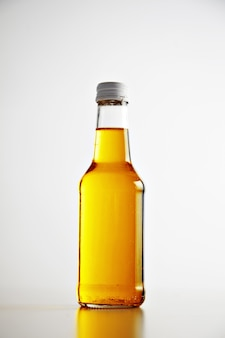 Unbeschriftete flasche mit metallverschluss verschließen und verschließen