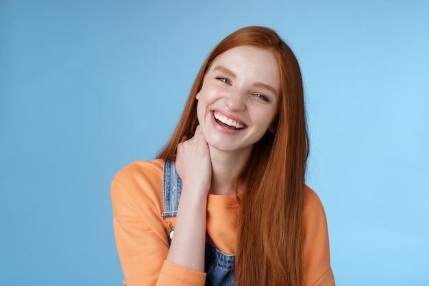 Unbeschwerte alberne, kokette junge rothaarige freundin, die spaß hat, schöne verabredung sommerabend zu lachen ...