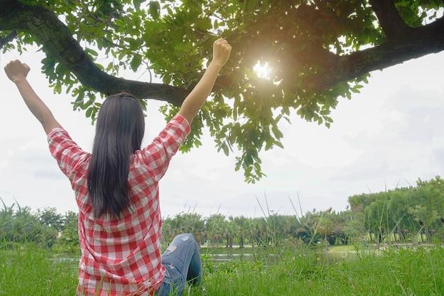 Unbeschwerter sonnenschein asiatisches glück, menschen zu wecken