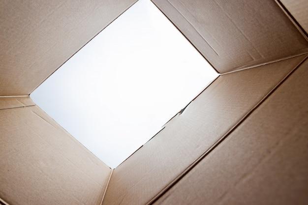 Unboxing, geöffnete pappverpackung vom schuss aus der schachtel heraus