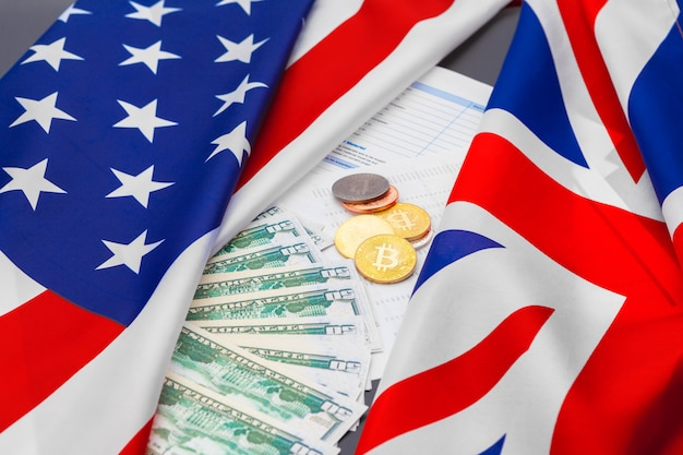Und, finanz- und nationalismuskonzept - nah oben von der amerikanischen flagge und vom bargeld