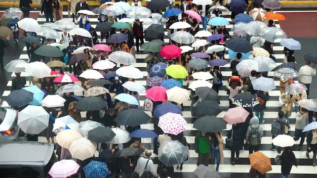 Undefined japanische menschenmenge gehen zu fuß über die straße