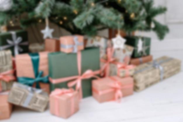 Undeutlicher hintergrund der weihnachtsgeschenke