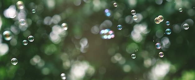 Undeutlicher hintergrund mit bokeh und seifenblasen. abstrakter hintergrund