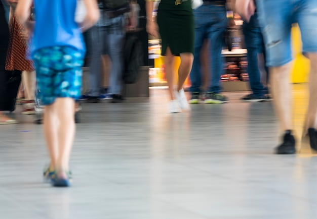 Undeutlicher schuss der menge gehend in flughafen