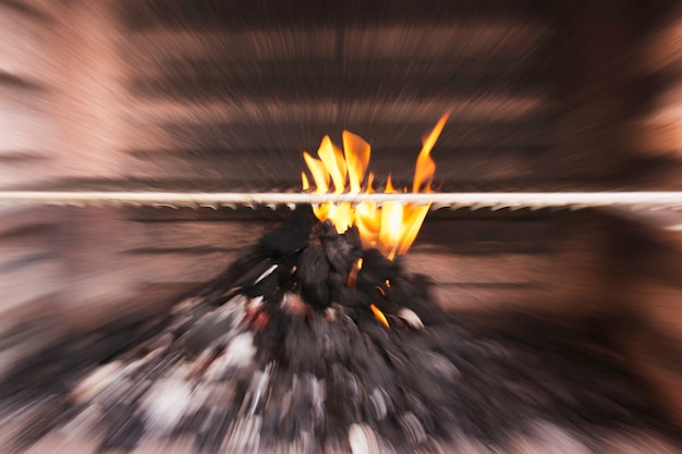 Undeutliches bild der kohle brennend im grill