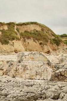 Unebenes erodiertes felsiges dalmatinisches ufer: scharfe steine mit schimmerndem meer und verstreut
