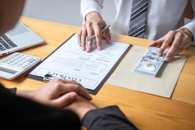 Unehrliches betrügen im illegalen geld des geschäfts, geschäftsmann, der bestechungsgeld in den geschäftsleuten gibt, um erfolg den abkommenvertrag der investition, der bestechung und der korruption zu geben