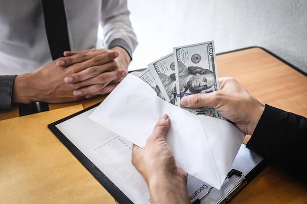 Unehrliches betrügen im illegalen geld des geschäfts, geschäftsmann, der den geschäftsleuten bestechungsgeld im umschlag gibt, um erfolg den abkommenvertrag über investition, bestechung und korruption zu geben