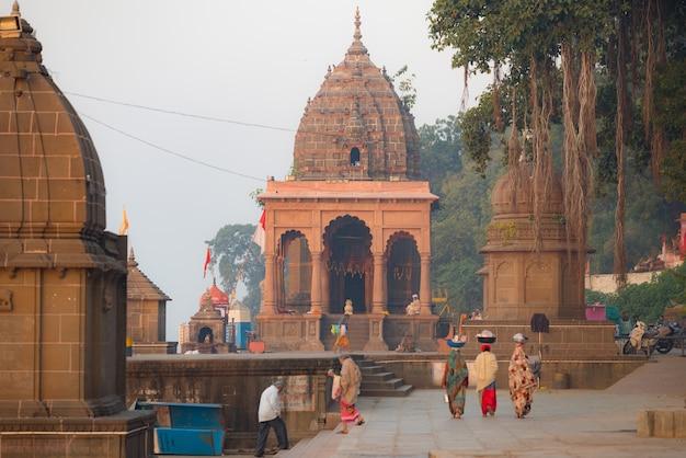 Unerkennbare inder im hindischen tempel bei maheshwar, madhya pradesh, indien
