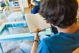 Unerkennbare Jugendlicherlesung in der Bibliothek