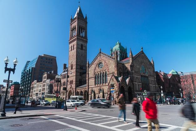 Unerkennbare menge fußgänger mit touristen- und verkehrsstraßenschnitt um alte südkirche bostons in massachusetts, vereinigte staaten von amerika