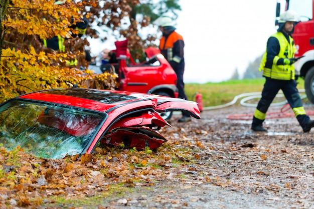 Unfall, feuerwehr rettet opfer eines autos