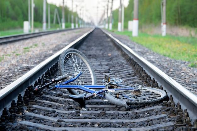 Unfall mit einem fahrrad in eisenbahnstraße kaputtes fahrrad, das zwischen eisenbahnschienen liegt