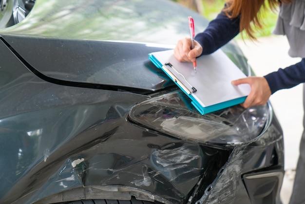 Unfallaussagepapier, das nach einem autounfall benutzt wurde