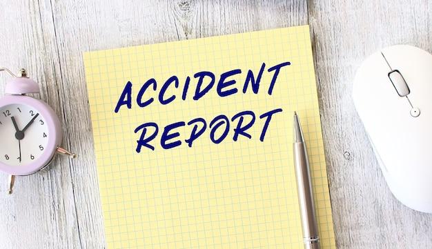 Unfallbericht text geschrieben in einem notizbuch, das auf einem hölzernen arbeitstisch liegt. unternehmenskonzept.