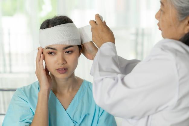 Unfallpatientenverletzung kopfschmerzfrau im krankenhaus - medizinisches konzept