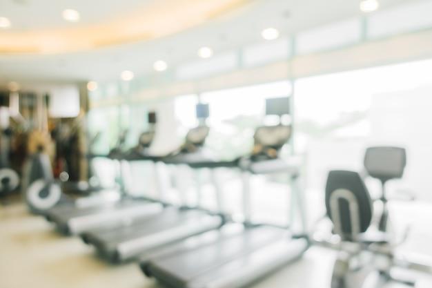 Unfocused fitnessraum mit laufband