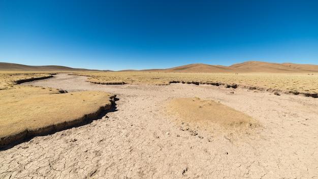 Unfruchtbare landschaft im hochland der bolivianischen anden