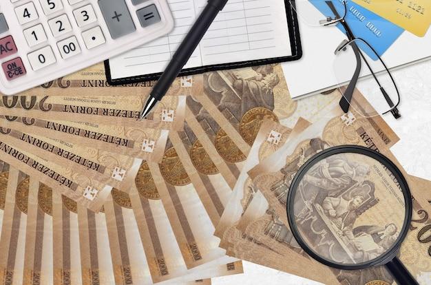 Ungarische forint rechnungen und taschenrechner mit brille und stift