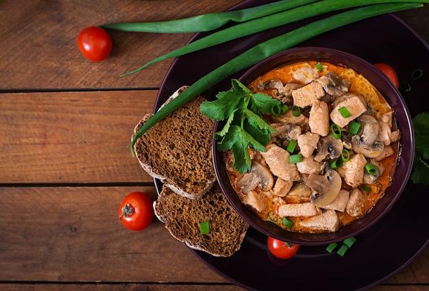 Ungarische paprikas (gulasch) hähnchen mit pilzen