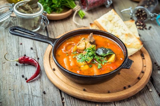 Ungarische suppe gulasch bograch mit knödel, auf dem tisch