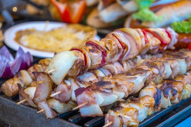Ungarisches fleisch an einem marktstand in budapest.