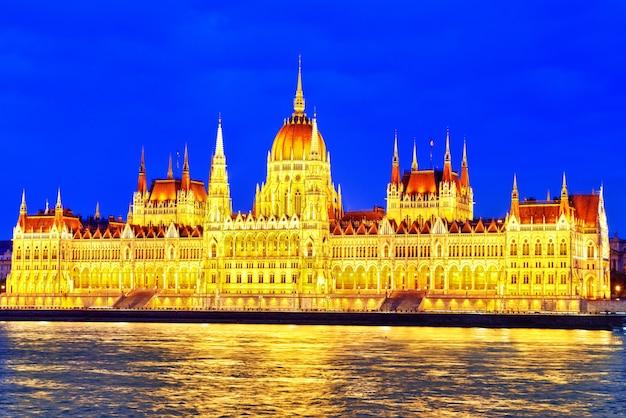 Ungarisches parlament am abend. budapest. eines der schönsten gebäude der ungarischen hauptstadt.