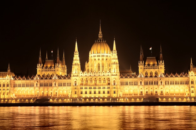 Ungarisches parlament in der nacht