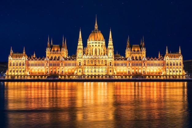 Ungarisches parlamentsgebäude im neugotischen stil in budapest