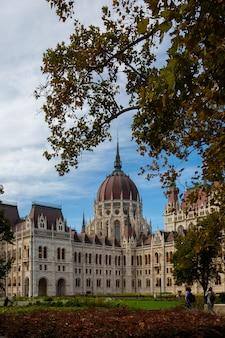 Ungarisches parlamentsgebäude in der stadt budapest.