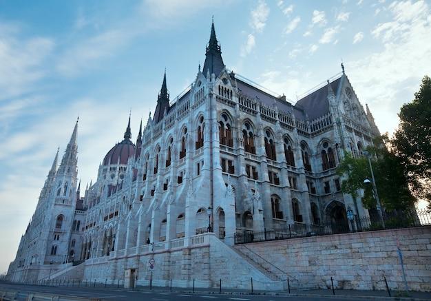 Ungarisches wahrzeichen, morgenansicht des budapester parlaments