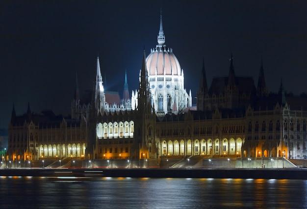 Ungarisches wahrzeichen, nachtansicht des budapester parlaments. lange exposition.