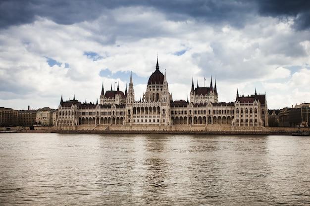 Ungarn, blick auf das parlamentsgebäude in budapest